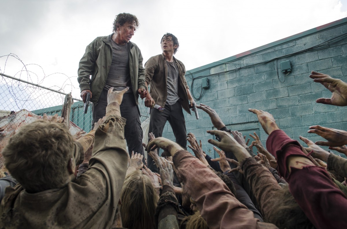 Glenn-and-Nicholas-Are-Surrounded-By-Walkers-in-The-Walking-Dead-Season-6.